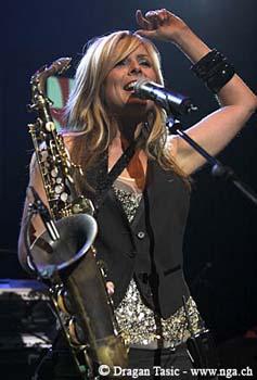 父亲就是一个爵士萨克斯音乐人, 当她    岁的时候她就开始在一个乐队